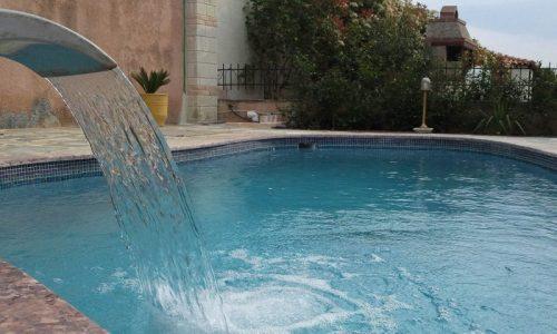 εξωτερική πισίνα με συντριβάνι
